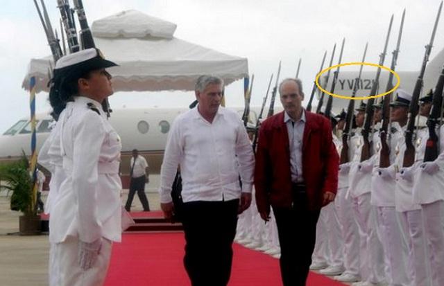 El Vicepresidente de Cuba, Miguel Díaz-Canel Bermúdez (CI), es recibido por Ricardo Menéndez en el Aeropuerto Internacional de Maiquetía el 5 de marzo de 2015. Llegó a bordo del jet Falcon YV 1129