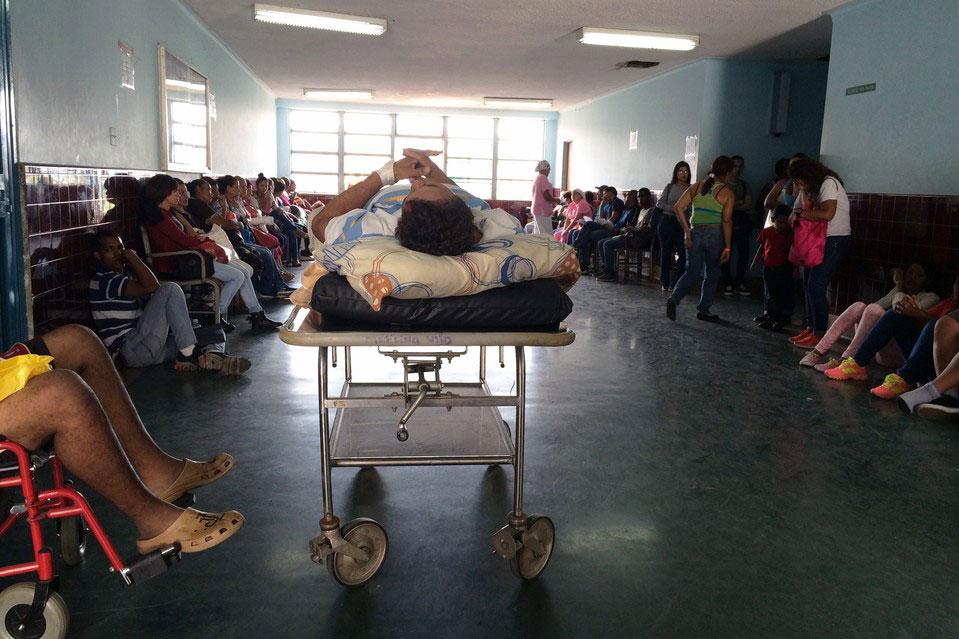 Pacientes aguardan el momento de ser atendidos en los pasillos y salas de espera del Hospital Universitario de Caracas (Juan Forero/The Wall Street Journal) -ARCHIVO