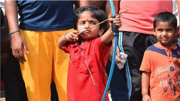 nina-de-dos-anos-batio-record-de-tiro-con-arco-en-india