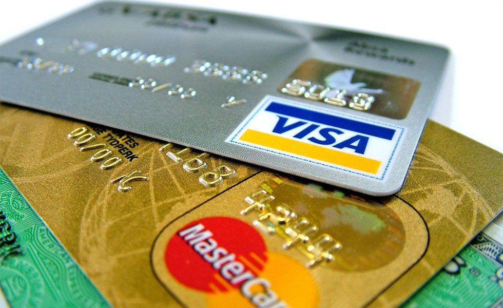 Viajeros están varados en el exterior por problemas con las tarjetas