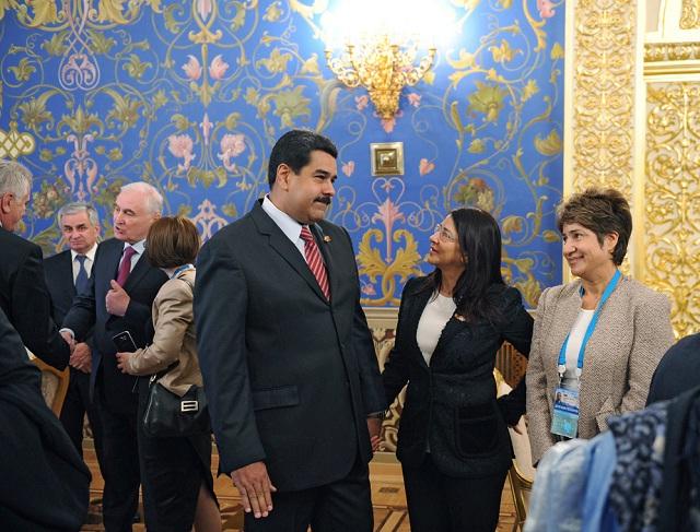 Maduro y Flores con captados en una esquina de la antesala. Los acompaña una traductora oficial / Foto Efe-Ria Novosti