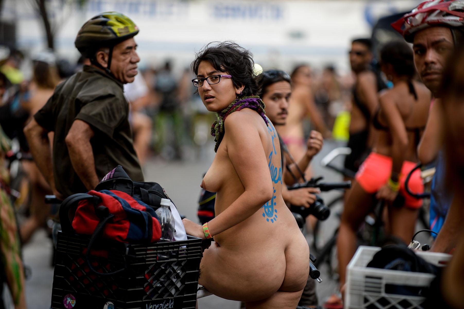 Resultado de imagen para NUDISTA PROTESTA EN CARACAS