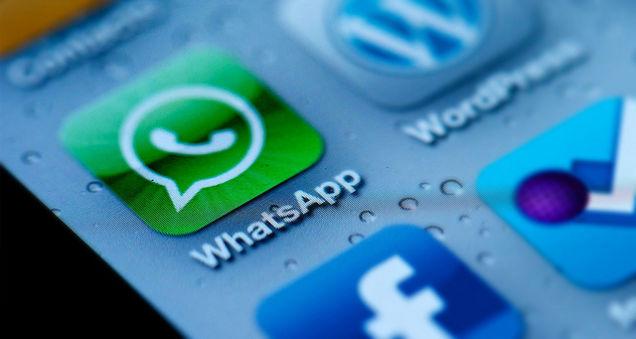 """El sistema de mensajería móvil WhatsApp, comprado el año pasado por Facebook por más de 20.000 millones de dólares, superó la barrera de los 900 millones de usuarios y reactivó así los interrogantes sobre su rentabilización. """"WhatsApp tiene ahora 900 millones de usuarios mensuales activos"""", escribió el jueves de noche Jan Koum, creador de la aplicación, en su perfil de Facebook. El umbral de los 800 millones de usuarios fue superado en abril. WhatsApp es la mayor compra de la historia de Facebook: la transacción, pagada en gran parte con acciones de la red social, valorizó el sistema de mensajería"""