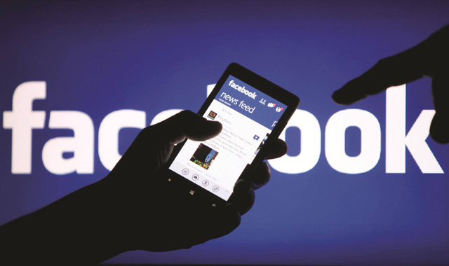 """No hay confirmación oficial por parte de Facebook pero parece cada vez más inminente. La red social pretende que los usuarios se descarguen la aplicación""""Moments"""" para proteger aquellas imágenes de nuestro teléfono que se sincronizaron de manera automática, reseña el diario ABC Actualmente, cada foto que realizamos suele acabar en una carpeta privada desde la cual se podían compartir rápidamente con nuestras amistades en la red social. Para proteger ese contenido disperso y darle utilidad a su aplicación """"Moments"""", Facebook borrará todas las imágenes que tengamos en esa carpeta privada a no ser que las rescatemos antes del 7 de"""
