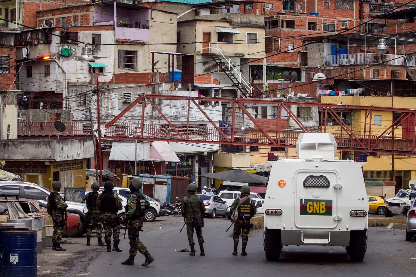 POLICÍA MILITARIZADA VENEZOLANA DESPLIEGA UN VASTO OPERATIVO EN CARACAS