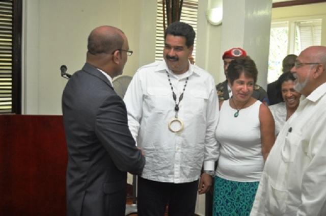 Nicolás Maduro saludó durante el encuentro al expresidente Bharrat Jagdeo. Observa a la derecha el presidente Donald Ramotar / Gina