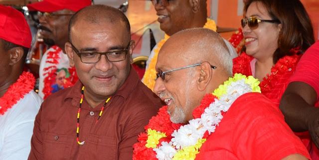 Los expresidentes de Guyana Bharrat Jagdeo y Donald Romatar, ambos del Partido Progresista del Pueblo / Guyana Chronicle