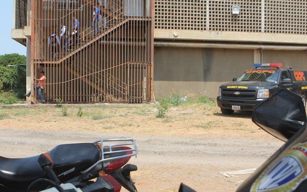 Maracaibo, Venezuela, 05/04/2013. Caso Jesus Enrique Barreto Ibago, de 36 anos se suicido lanzandose del 5to piso de la Facultad de Veterinaria de la La Universidad del Zulia, LUZ. En la foto: Los efectivos del CICPC llegaron al sitio para recaudar evidencias.