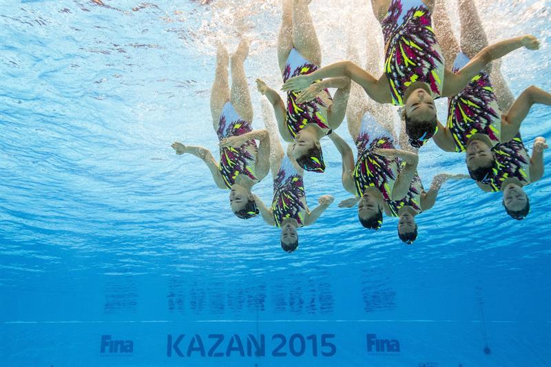 El equipo japonés de natación sincronizada ejecuta su ejercicio durante los Mundiales de Natación que se disputan en Kazán, Rusia hoy 28 de julio de 2015. EFE/Patrick B. Kraemer