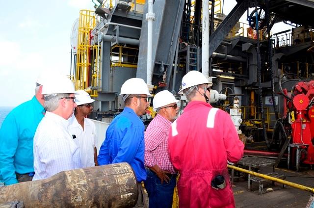 El presidente Ramotar en la plataforma Deepwater Champion el 15 de abril de 2015,  que opera para el consorcio ExxonMobil, Hess y la estatal china CNOOC / Gina