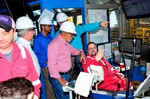Ramotar escucha las explicaciones de un operador de la plataforma Deepwater Champion