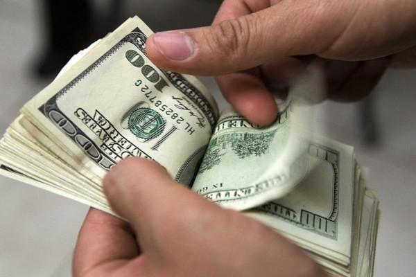 contando-dolares-de-remesa-archivo