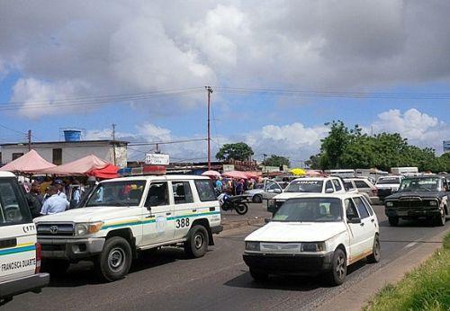 ntre compradores y vendedores vociferaban el rechazo al desabastecimiento y las palabras del gobernador de que los saqueos son planificados