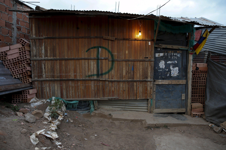 Una casa en San Antonio marcada con la D para ser demolida (Foto Reuters)