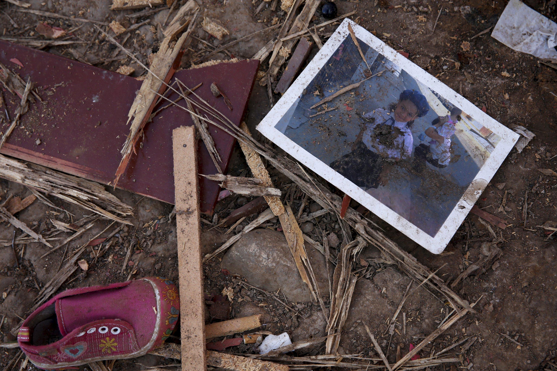 La foto de una niña en los restos de una casa demolida en la frontera (Foto Reuters)