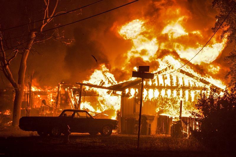 Imagen facilitada el 15 de septiembre del 2015 de un incendio en Middletown, California, Estados Unidos, el 13 de septiembre del 2015. Las autoridades estatales cifraron en aproximadamente 23.000 el número de desplazados por los incendios que sufren varias comunidades rurales en el norte de California. EFE/Alan Simmons
