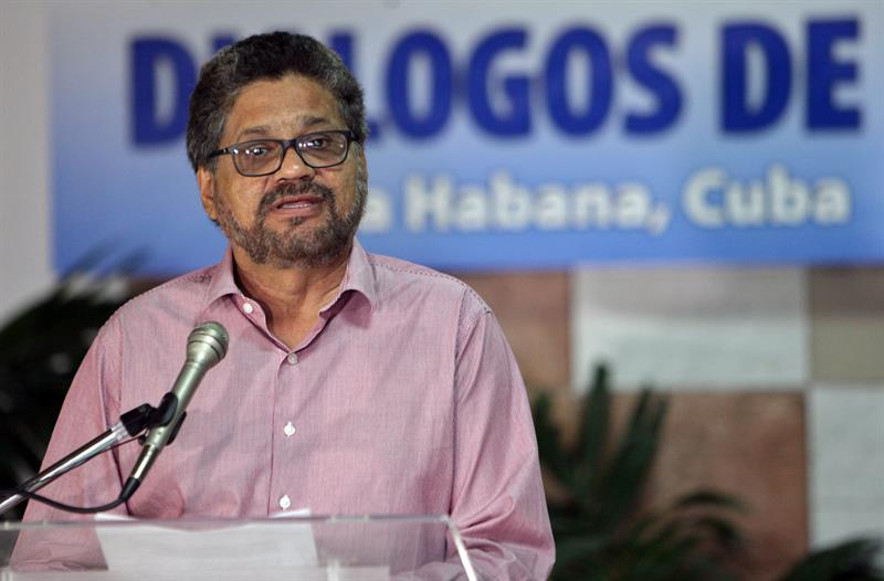 """El segundo jefe de las Fuerzas Revolucionarias Armadas de Colombia (FARC) Luciano Marín, alias """"Iván Márquez?, lee un comunicado hoy, jueves 17 de septiembre del 2015, antes de reunirse con representantes del Gobierno colombiano como parte de los ciclos de conversaciones de paz, en el Palacio de Convenciones en La Habana (Cuba). EFE/Ernesto Mastrascusa"""