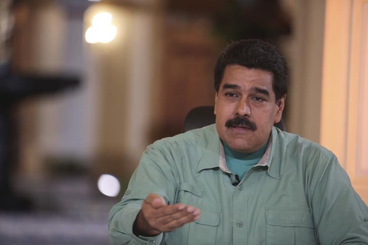 Foto: El presidente de Venezuela, Nicolás Maduro, y el rey Salman de Arabia Saudita discutieron en una conversación telefónica sobre el fortalecimiento del rol de la OPEP y la estabilización de los precios del crudo, dijo la noche del sábado la cancillería venezolana. En la imagen, Maduro durante una alocución televisiva en Caracas. 16 septiembre 2015. REUTERS/Palacio Miraflores/Handout via Reuters