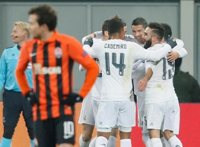 El delantero portugués del Real Madrid, Cristiano Ronaldo (2d), celebra con sus compañeros el primer gol conseguido ante el Shakhtar Donetsk durante el partido del grupo A de la Liga de Campeones disputado en el Arena de Lviv, Ucrania. EFE/Sergey Dolzhenko