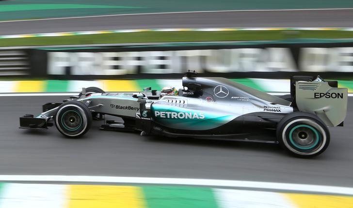 El piloto Lewis Hamilton de la escudería Mercedes de Fórmula Uno en los ensayos del Gran Premio de Brasil en Sao Paulo, nov 13, 2015. Reuters