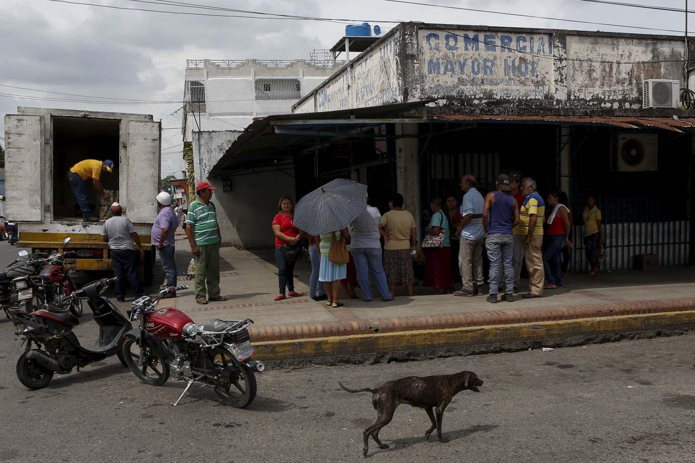 En Sabaneta las largas colas en la bodega para conseguir productos de primera necesidad  REUTERS/Marco Bello