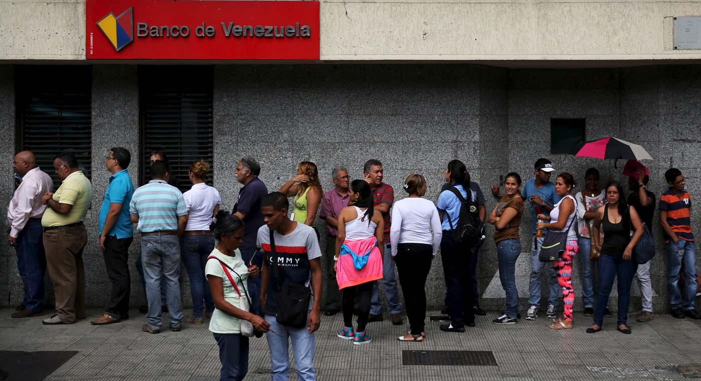 Colas para sacar dinero de los cajeros electrónicos REUTERS/Nacho Doce