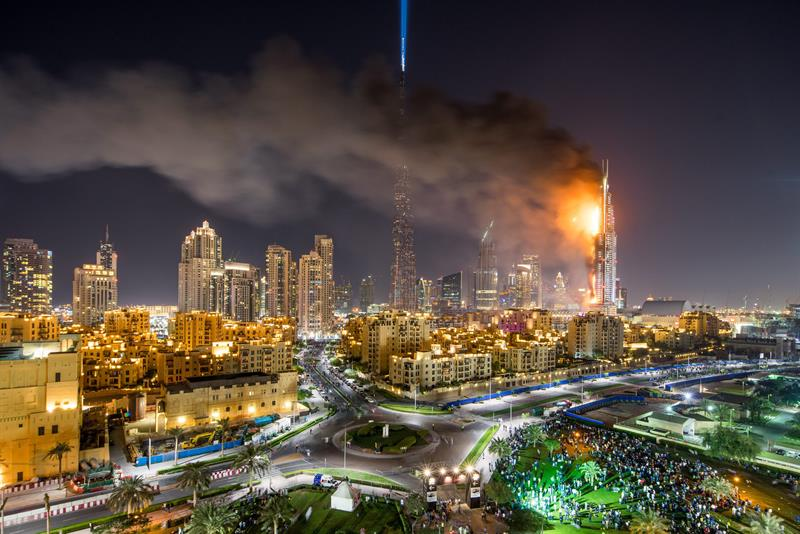 Vista general del hotel The Address Hotel en llamas en Dubái (Emiratos Árabes Unidos). Al menos 16 personas resultaron heridas después de que se declarara un incendio en un rascacielos del centro de la ciudad de Dubai, situado junto a la famosa torre Al Jalifa, según la agencia oficial de noticias emiratí WAM. EFE/Nicolas Cornet