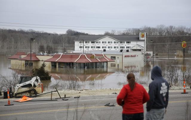 Dos personas se paran sobre una colina para tener una mejor vista de la inundación causada por el río Bourbeuse el martes 29 de diciembre de 2015, en Union, Missouri. Las inundaciones han obligado al cierre de carreteras y amenazan a cientos de casas. (Foto AP/Jeff Roberson)
