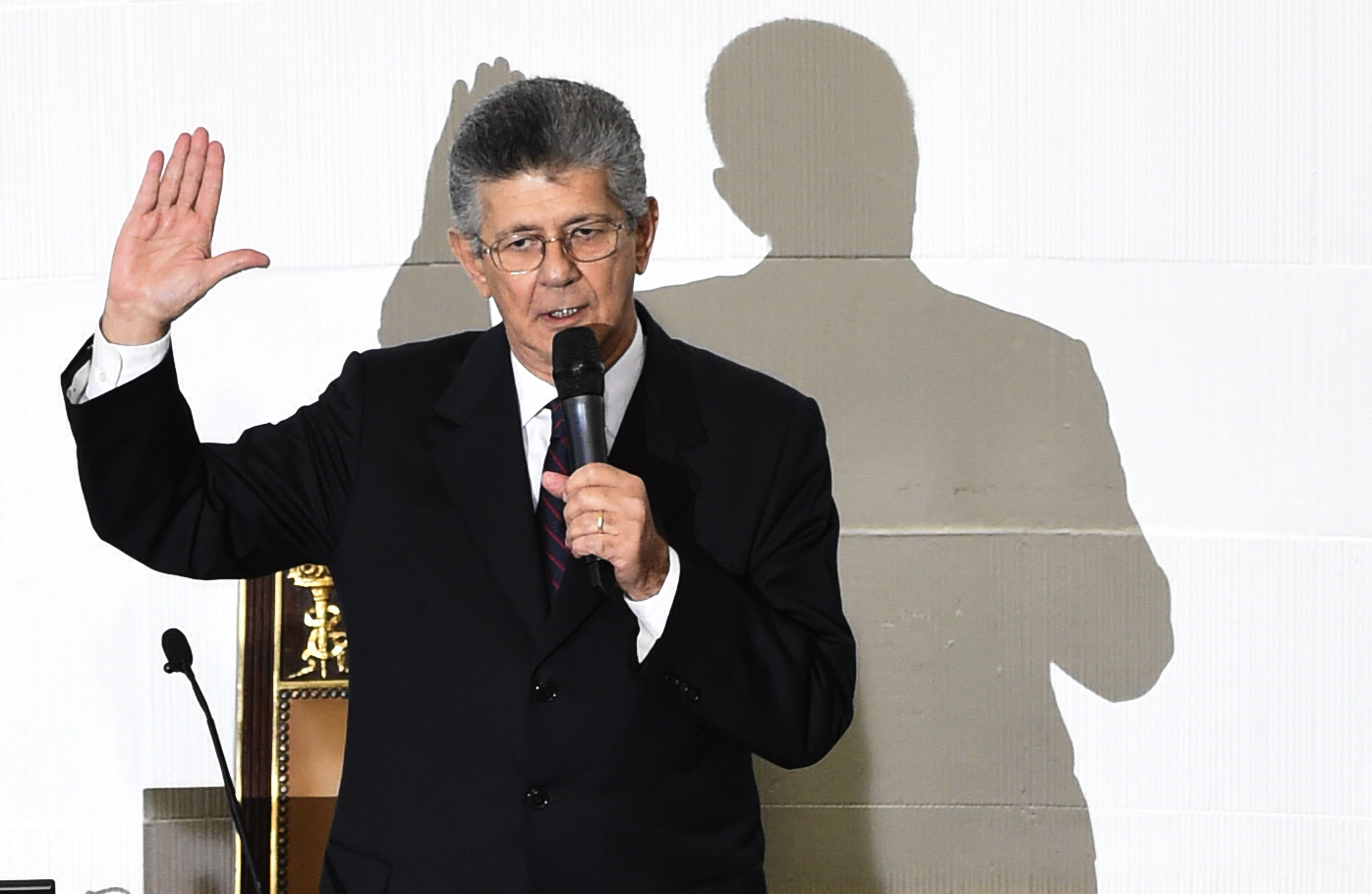 The new president of the Venezuelan parliament, Henry Ramos Allup raises his hand during the swearing-in ceremony in Caracas, on January 5, 2016.  Venezuela's President Nicolas Maduro ordered the security forces to ensure the swearing-in of a new opposition-dominated legislature passes off peacefully Tuesday, after calls for rallies raised fears of unrest. AFP PHOTO/JUAN BARRETO / AFP / JUAN BARRETO