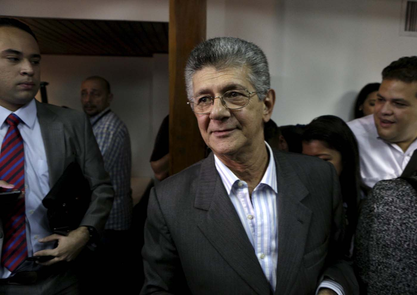 Henry Ramos Allup (C), deputy of Venezuela's coalition of opposition parties (MUD), walks after a news conference in Caracas December 29, 2015. REUTERS/Marco Bello