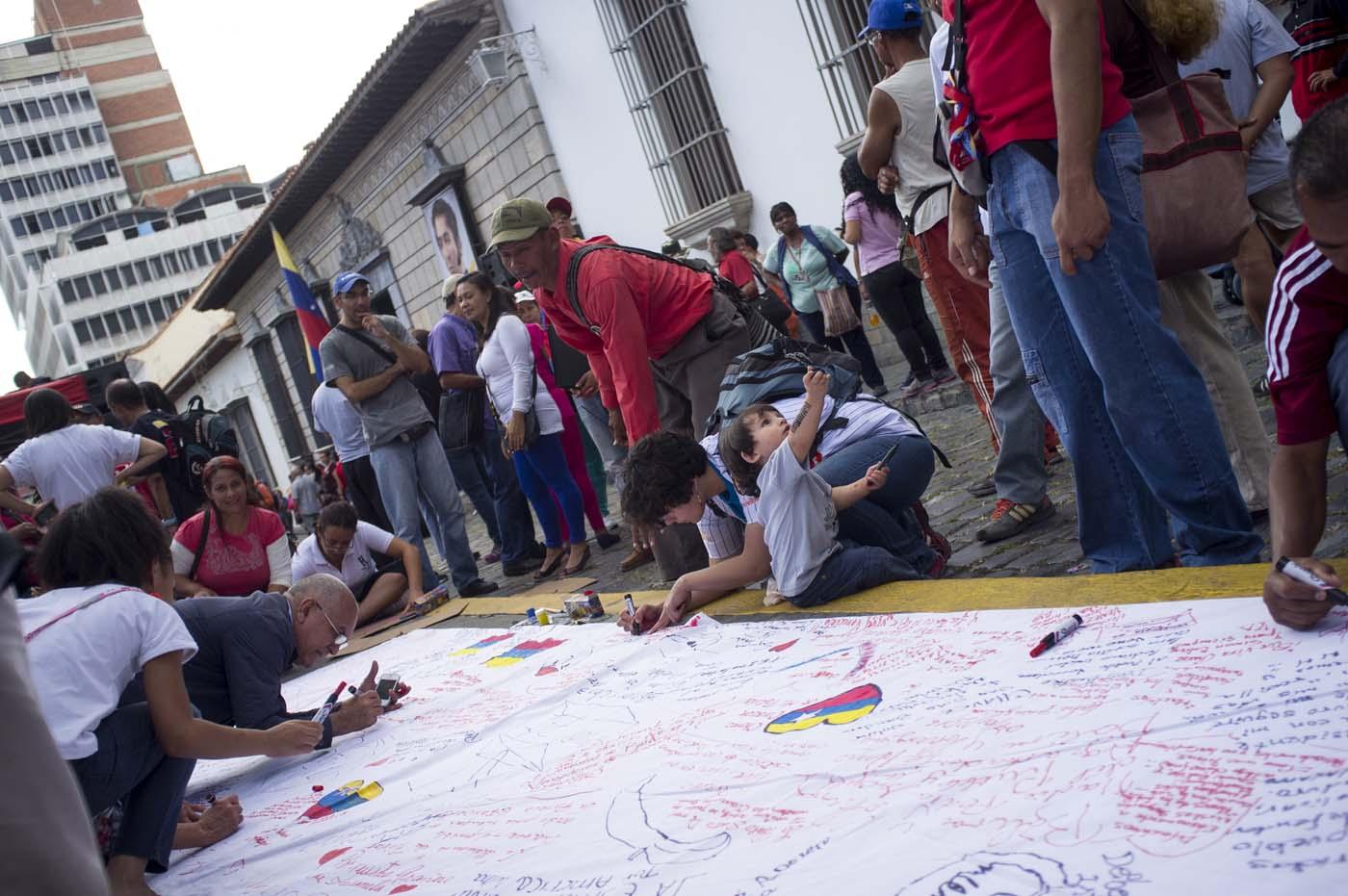 """CAR01. CARACAS (VENEZUELA), 09/01/2016.- Miembros de la juventud del PSUV y del Partido Comunista (PCV) se reúnen en la casa-museo del prócer independentista Simon Bolívar, ubicado a dos cuadras de la sede del Poder Legislativo en la ciudad de Caracas (Venezuela) hoy, sábado 9 de enero de 2016, con la intención de pintar murales y representaciones del Libertador como forma de protesta por las acciones tomadas por el presidente de la Asamblea Nacional, Henry Ramos Allup, de retirar imágenes de Hugo Chávez y de Simón Bolívar de la sede de la institución en días recientes. El Partido Socialista Unido de Venezuela (PSUV) y otras instancias chavistas no aceptaron las disculpas opositoras por el retiro de imágenes del prócer Simón Bolívar y del fallecido presidente Hugo Chávez y se movilizaron este sábado en varias ciudades en contra de lo que consideran """"la ofensa"""". EFE/MANAURE QUINTERO"""