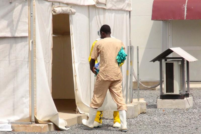 Un trabajador de la salud entra a una carpa en un centro de tratamiento del virus ébola, en Conakry, Guinea, 17 de noviembre de 2015. La Organización Mundial de la Salud (OMS) anunció el jueves el fin del brote más reciente del virus de ébola en Liberia, un hecho que marca la primera vez desde que la epidemia comenzó en 2013 en que no se registran casos conocidos en la enfermedad en África Occidental. REUTERS/Saliou Samb