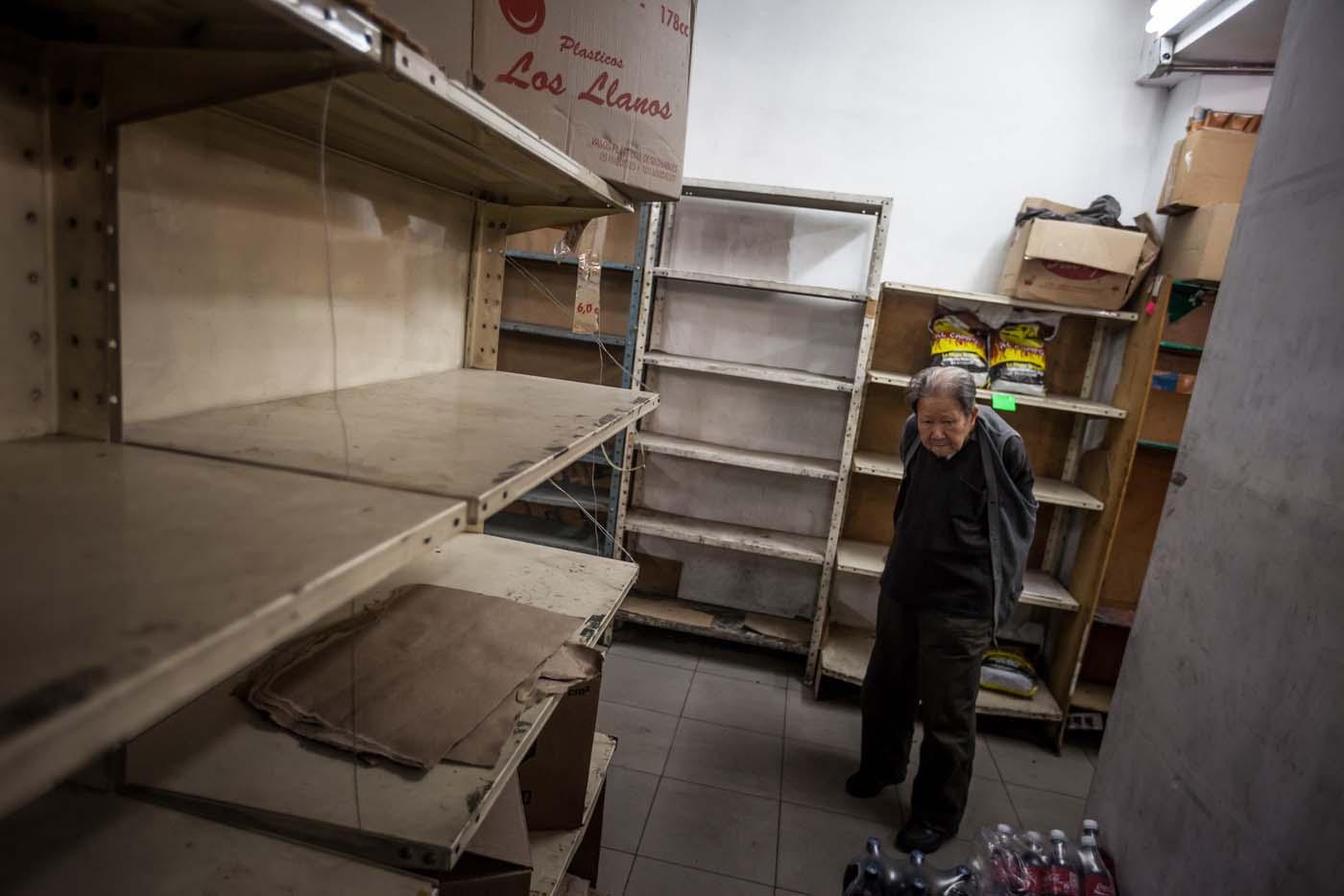 CAR01. CARACAS (VENEZUELA), 16/01/2016.- Vista de unos estantes vacíos en un abasto hoy, sábado 16 de enero de 2016, en la ciudad de Caracas (Venezuela) EFE/MIGUEL GUTIÉRREZ