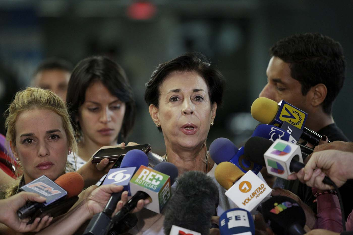 Antonieta Mendoza (C), mother of jailed opposition leader Leopoldo Lopez, addresses the media after lodging a complaint at Venezuela's Prosecutor office, next to Lilian Tintori (L), wife of jailed opposition leader Leopoldo Lopez, in Caracas, January 19, 2016. REUTERS/Marco Bello