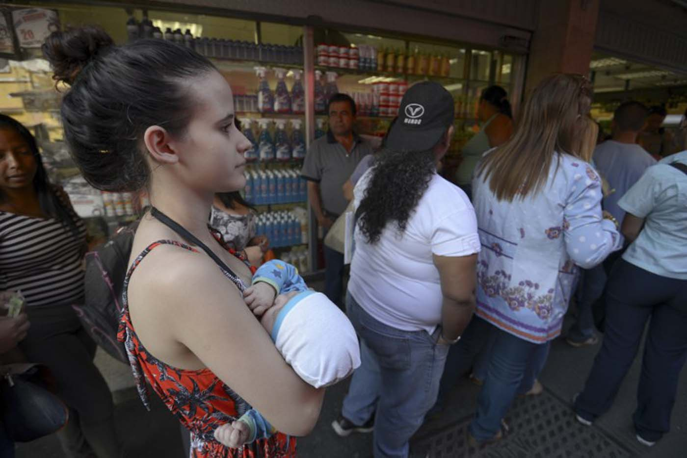 People queu in front a supermarket in Caracas, Venezuela on January 28, 2016. The economic debacle of Venezuela deepens as oil prices are bottoming out.  AFP   PHOTO/JUAN BARRETO / AFP / JUAN BARRETO