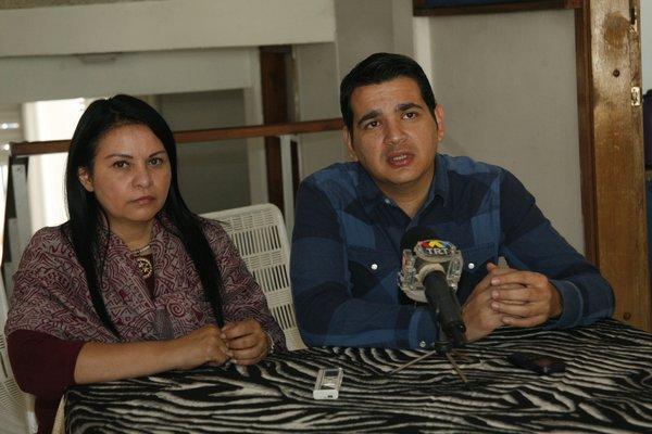 Marcos Ruíz, representante del SNTP, estuvo acompañado de la Secretaria regional del Colegio de Periodistas, Sandra Rondón / Foto cortesía:  La Nación