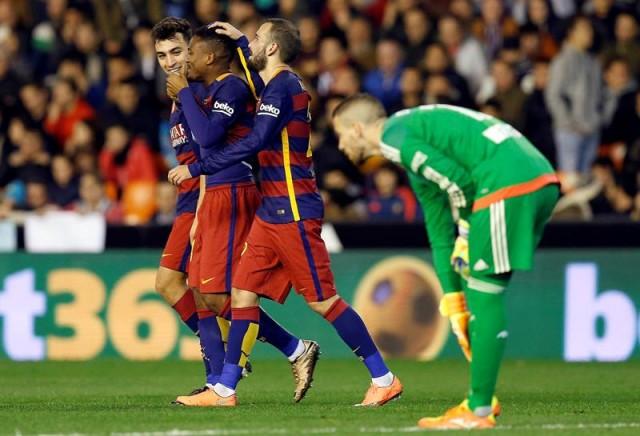El centrocampista camerunés del F. C. Barcelona, Wilfrid Kaptoum (2i), celebra con sus compañeros el primer gol del equipo blaugrana, durante el encuentro correspondiente a la vuelta de la semifinal de la Copa del Rey, que disputaron frente al Valencia en estadio valencianista de Mestalla. EFE