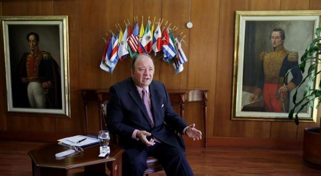 El ministro de Defensa de Colombia, Luis Carlos Villegas, habla durante una entrevista con Efe, hoy, jueves 11 de febrero de 2016, en Bogotá (Colombia). EFE