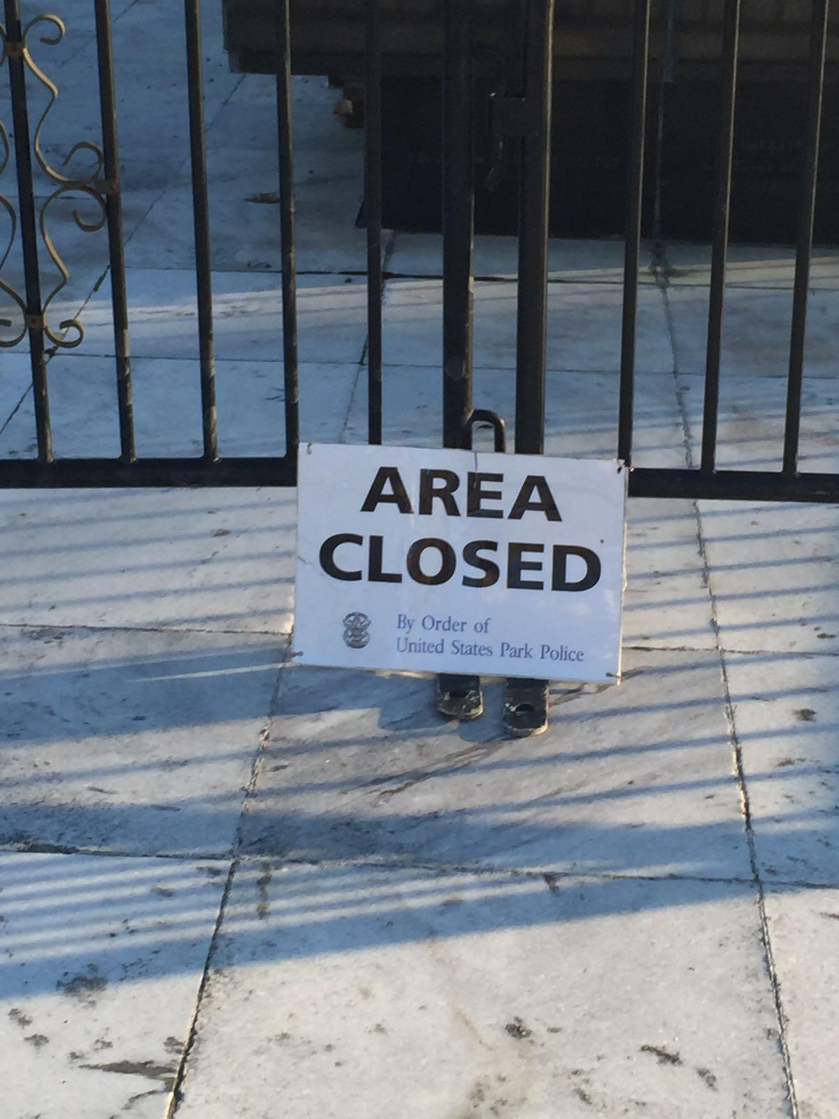 """""""Area Closed"""" / lapatilla.com"""