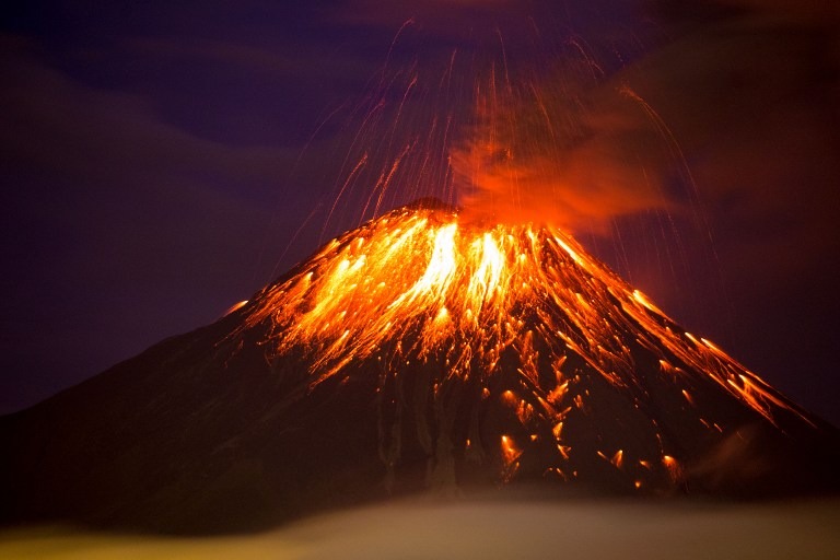 Ecuador: Volcán expulsa bloques incandescentes