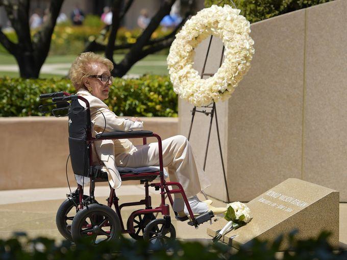 La ex primera dama Nancy Reagan visita el sitio de la tumba de su marido Ronald Reagan