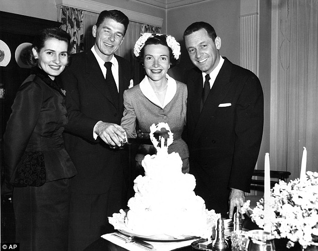 Ronald y Nancy Reagan el dia de su matrimonio
