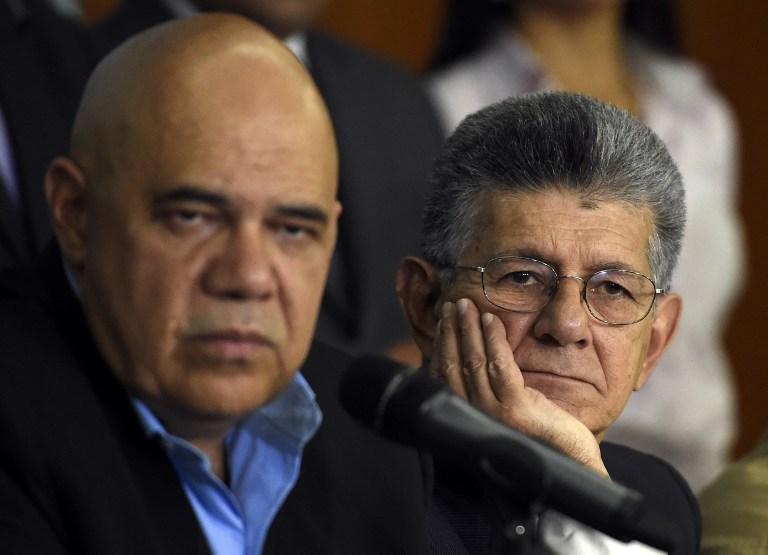 Jesus Chúo Torrealba, secretaio de la MUD y el presidente de la AN, Henry Ramos Allup (AFP PHOTO / JUAN BARRETO )
