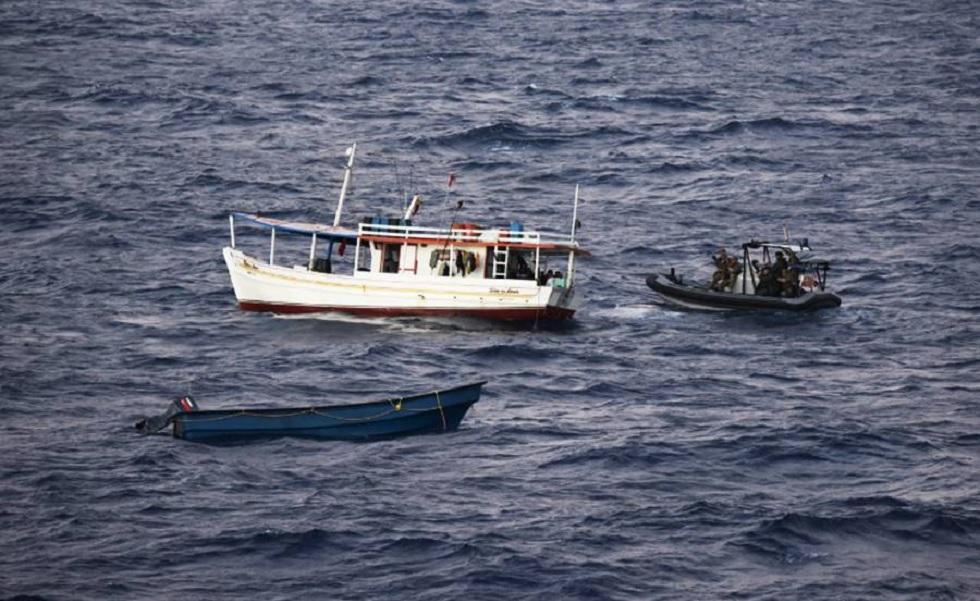 Miembros de la Armada de Holanda en un bote inflable de casco rígido (Rigid Hulled Inflatable Boat RHIB por sus siglas en inglés) se acercan al  bote pesquero venezolano que transportaba la cocaína el pasado 5 de marzo. / Foto Armada de Holanda