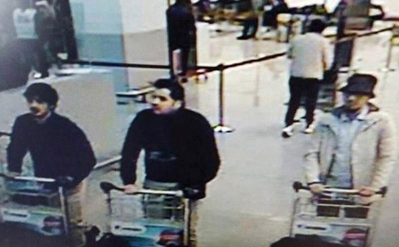 La imagen de una cámara en el aeropuerto de Bruselas, distribuida por la policía belga, muestra a tres personas que, según las fuerzas de seguridad, son presuntos sospechosos en los ataques en el aeropuerto. Los suicidas islamistas que atacaron el aeropuerto de Bruselas impidieron que el taxista que los trasladó tocara las valijas llenas con explosivos que portaban, y se mantuvieron en silencio durante todo el trayecto en auto hasta la terminal aérea, reportó el jueves el diario belga DH. REUTERS/CCTV/Handout via Reuters