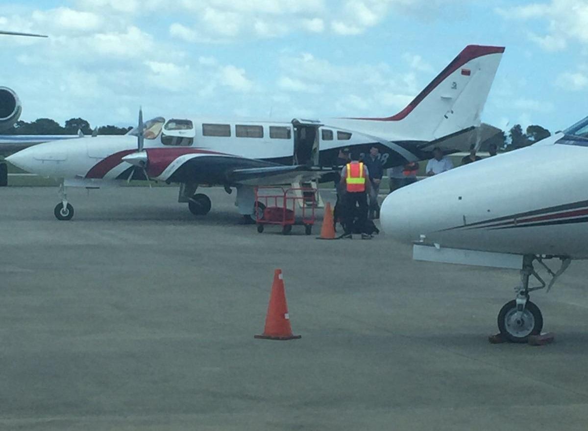 El avión Cessna YV 2708 durante la requisa ayer al mediodía en el aeropuerto de La Romana en República Dominicana / lapatilla.com