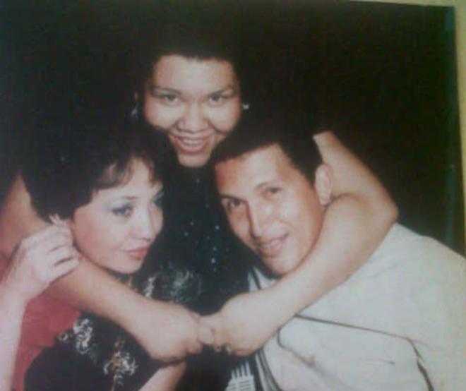 La bruja Cristina Marksman (centro) y su amante Herma (dcha), junto a un joven Hugo Chávez. CEDIDA A EL MUNDO