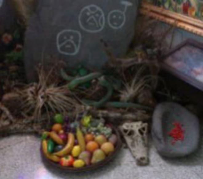 Diversos objetos de santería en el salón del Palacio presidencia de Miraflores. DAVID PLACER