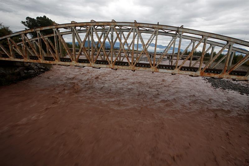 Vista de la crecida del rio Tinguiririca debido a las lluvias en la en la región de O'Higgins, localidad distante 140 km. al sur de Santiago de Chile (Chile). Al menos un muerto, siete desaparecidos, un millar de damnificados, crecidas de ríos y varios aludes es el saldo que ha dejado el temporal de viento y lluvia que afecta desde este sábado la zona central de Chile. EFE MARIO RUIZ