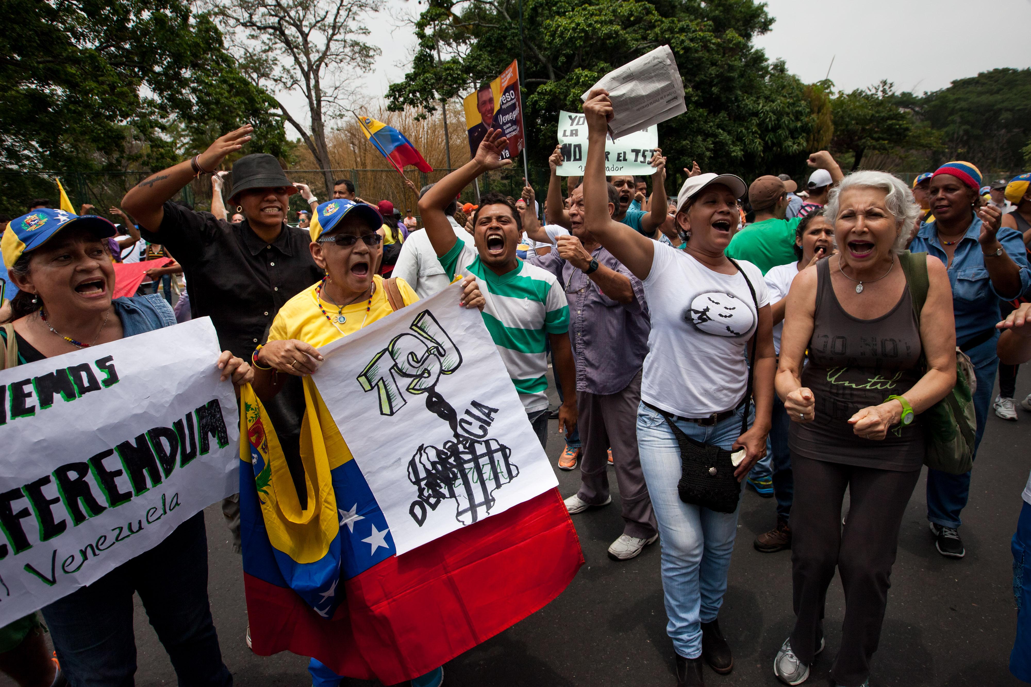 CAR04. CARACAS (VENEZUELA), 19/04/2016.- Opositores se manifiestan en apoyo de un referendo revocatorio que acortaría el mandato del presidente Nicolás Maduro, hoy, martes 19 de abril de 2016, en Caracas (Venezuela). La alianza opositora venezolana Mesa de la Unidad Democrática (MUD) pidió hoy a sus partidos miembros mantener la cohesión en pro de lograr el máximo objetivo de cambiar el Gobierno, de ser posible, antes de que termine el período del actual jefe de Estado, Nicolás Maduro. EFE/Miguel Gutiérrez